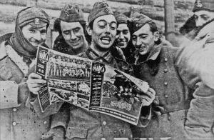 Soldados de la División Azul con un ejemplar de la revista Marca