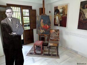 """Estudio de Max León Moreau en el Carmen de los Geranios. La fotografía del pintor es de 1953. Sobre el caballete que le regaló su padre, está el retrato que le pintó a Ana Rubio Anguita en 1974: """"Retrato de mujer con nocturno granadino""""."""